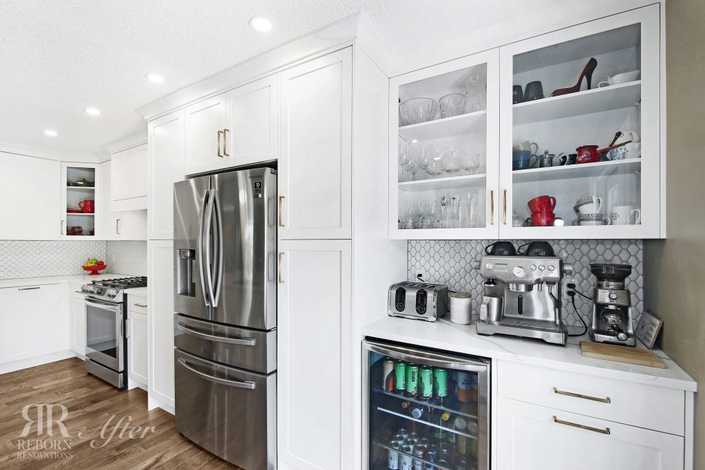 photos remodeled kitchen, glass door cabinet, modern appliances in Calgary CA